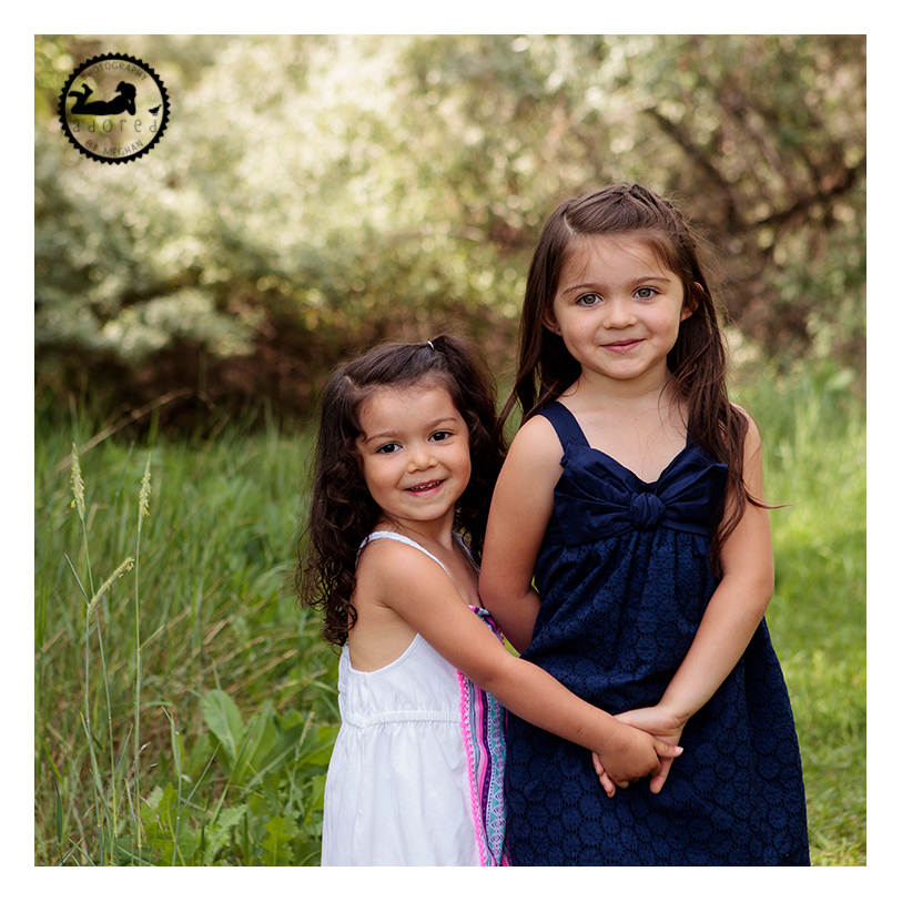 Walla Walla WA childrens photography Sisters holding hands Chiwana Park Pasco WA